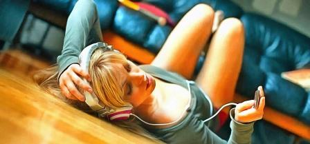 Girl_listening_to_music_on_headphones