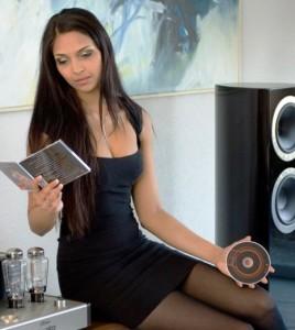 девушка и аудиотехника