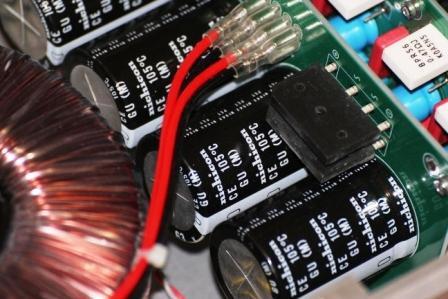 FM711 усилитель внутри - конденсаторы Ничикон