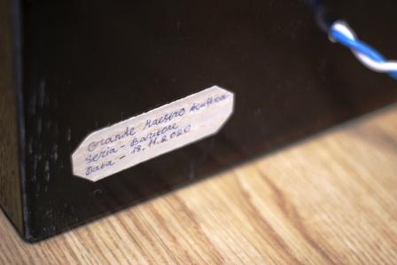 шильдик с серией, датой и названием Grande Maestro Обертон